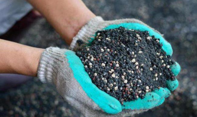 Азотное удобрение в руках