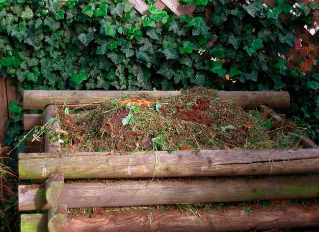 Компост внутри деревянного сруба