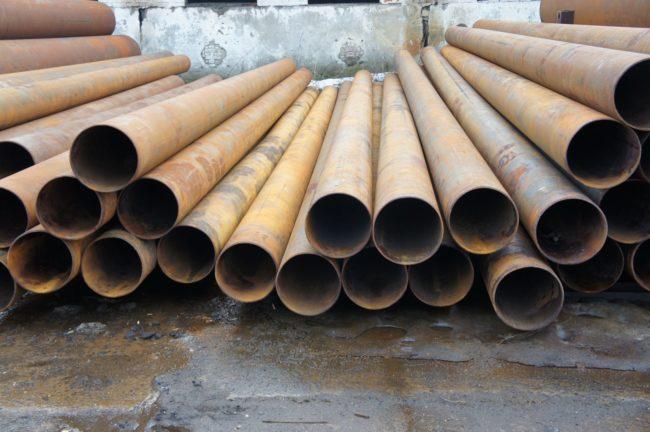 Металлические трубы на полу