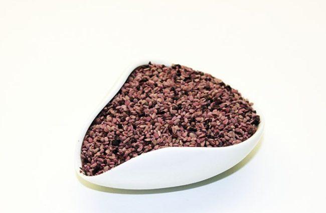 Семена малины в белой чашке
