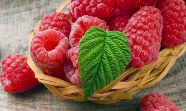 Корзинка с крупными ягодами малины бруснява