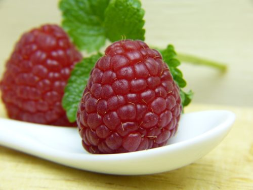 Крупная ягода малины карамелька в ложке