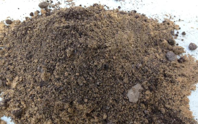 Песчаный грунт собранный в кучу
