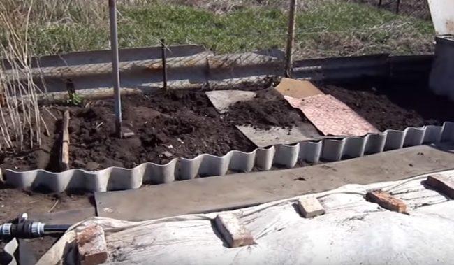 Перемешивание земли для посадки малины