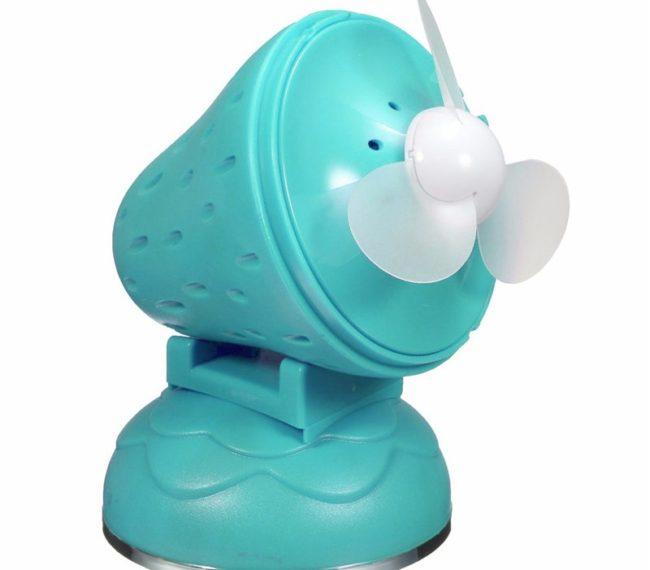 Небольшой вентилятор голубого цвета
