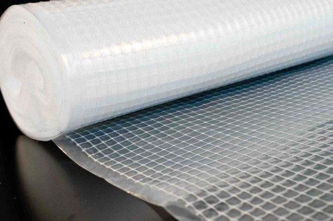 Рулон двухслойного укрывного материала для мульчирования посадок клубники