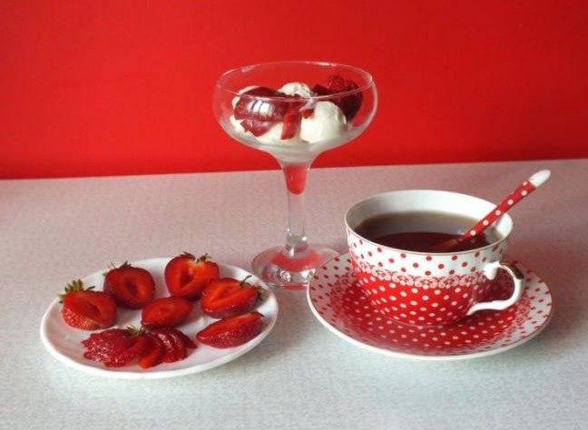 Десерт и разрезанная свежая ягода клубники сорта Мальвина