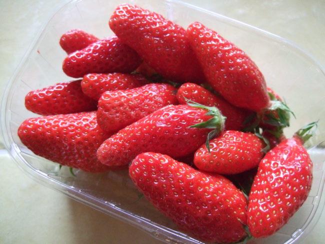 Вытянутые плоды клубники Гаригуэтта