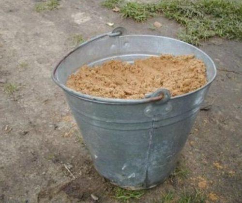 Ведро песка для подготовки посадочной смеси