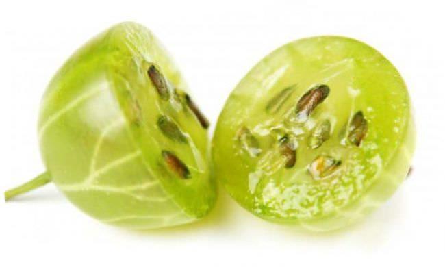 Спелый плод крыжовника Малахит в разрезе, видна мякоть и семечки