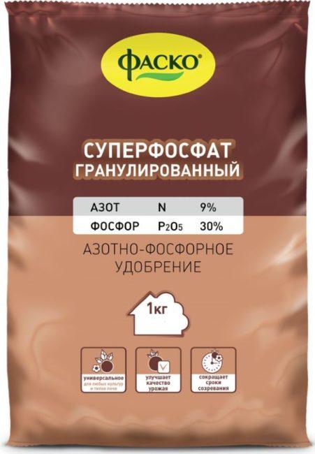 Гранулированный суперфосфат в пакете массой 1 кг для подкормок клубники
