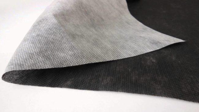 Заворот черного укрывного материала