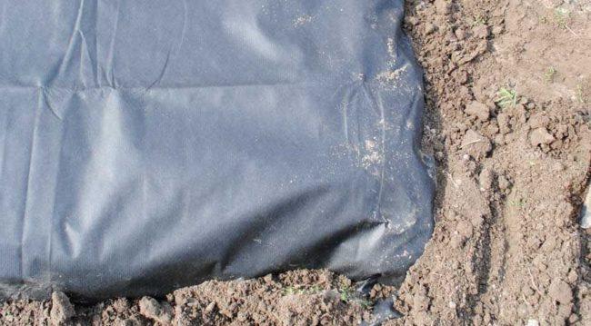 Закрепление укрывного материала на земле