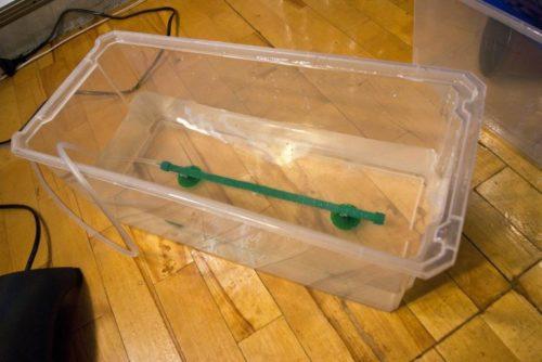 Пластиковая емкость для домашней гидропоники и аэратор на дне контейнера