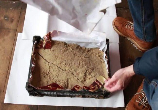 Пластиковый ящик с сырым песком, подготовка места хранения черенков винограда