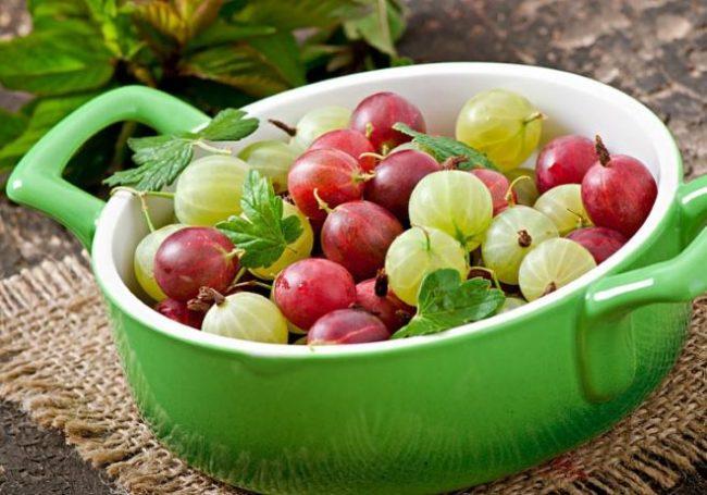 Керамическая чашка с ягодами крыжовника зеленого и красного цветов