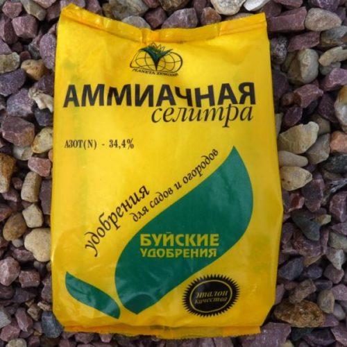 Пакет аммиачной селитры для сезонной подкормки молодых саженцев винограда