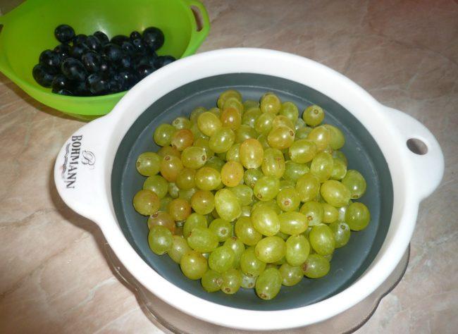 Мытый зеленый виноград столового сорта в чашке и плошка с синим виноградом