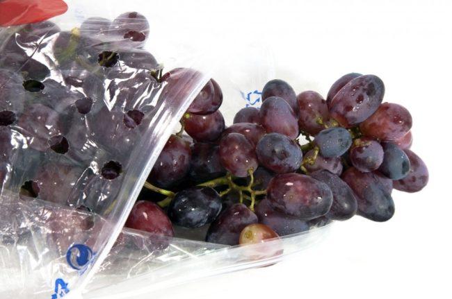 Чёрный виноград в полиэтиленовом пакете
