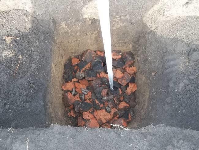 Посадочная яма для саженца винограда с дренажом из красного битого кирпича