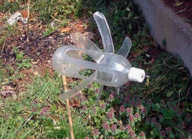 Самодельный шумовой отпугиватель птиц из прорезанной пластиковой бытылки