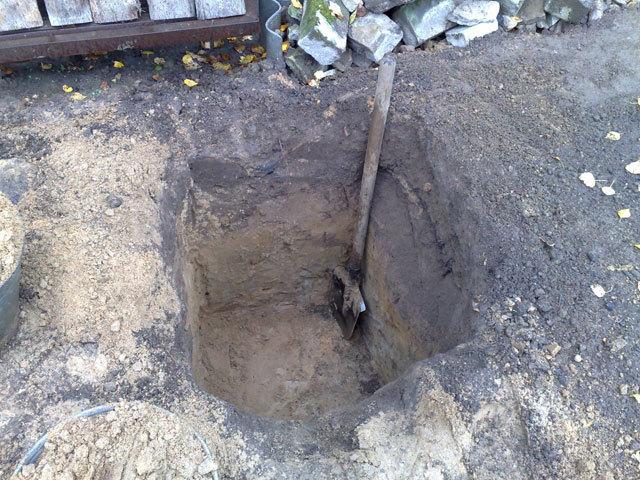 Яма для посадки саженца винограда в осенний период и штыковая лопата