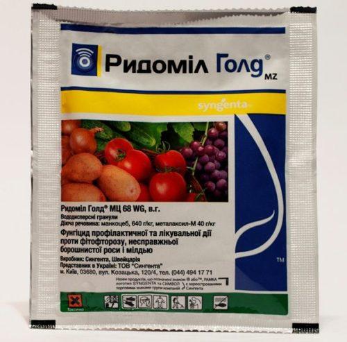 Пакет с гранулами фунгицида Ридомил для борьбы с заболеваниями винограда