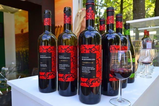 Бутыли с вином из винограда сорта Красностоп Золотовский производства Ведерникова