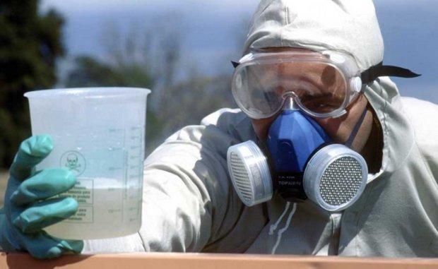 Садовод-виноградарь в защитных очках и респираторе при разведении препарата Тиовит Джет