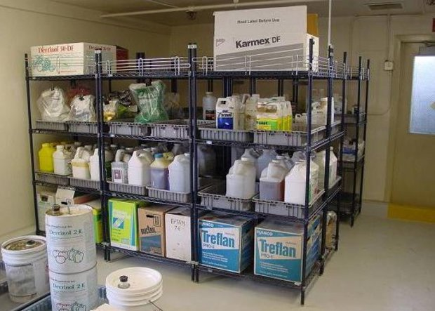 Склад с химически опасными препаратами, используемыми для борьбы с вредителями садовых растений