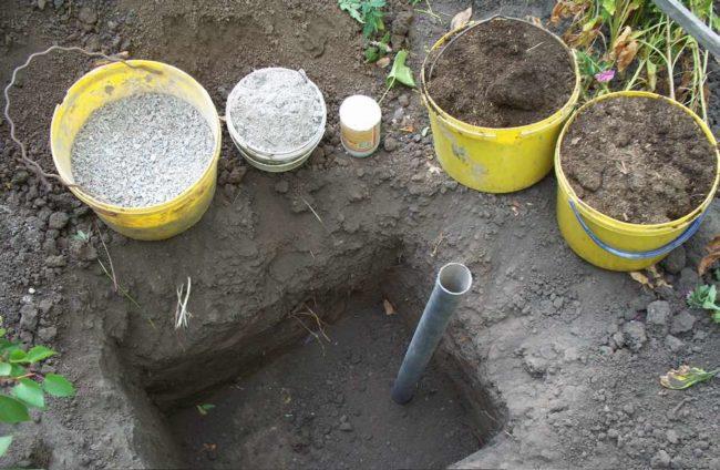 Подготовка питательного грунта и наполнение посадочной ямы для винограда