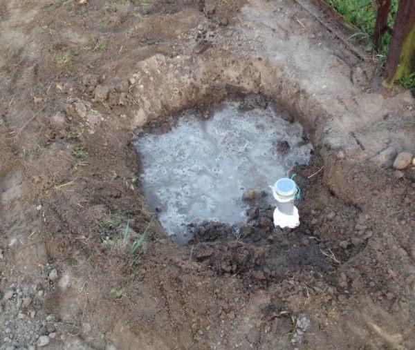 Посадочная яма для винограда, частично заполненная водой