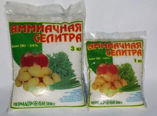 Два пакета с гранулированной аммиачной селитрой для весенней подкормки черешни