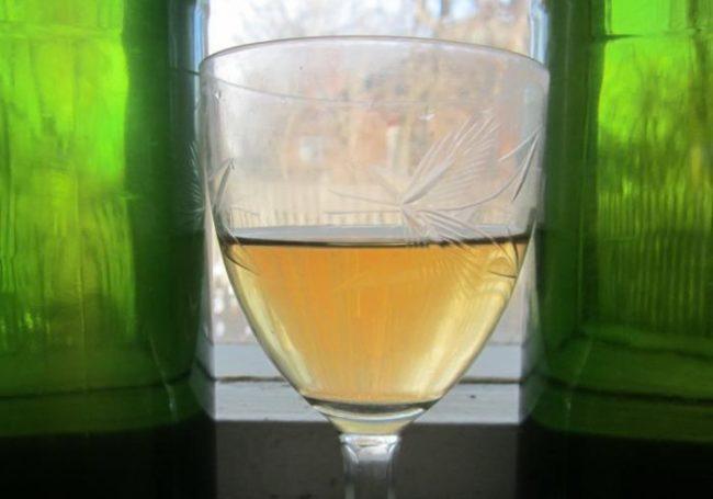Фужер полупрозрачного самодельного столового вина из винограда сорта Бианка