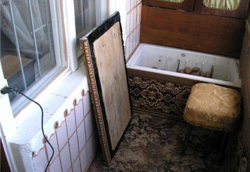Старый холодильник на балконе, приспособленный для зимнего хранения картофеля