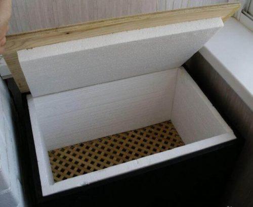 Самодельный ящик с полистирольным утеплителем для хранения картофеля на балконе