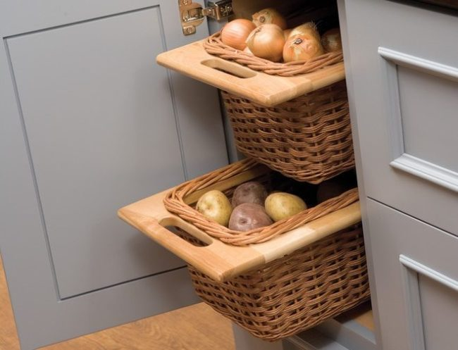 Выдвижные ящики с клубнями картофеля при хранении на кухне городской квартиры
