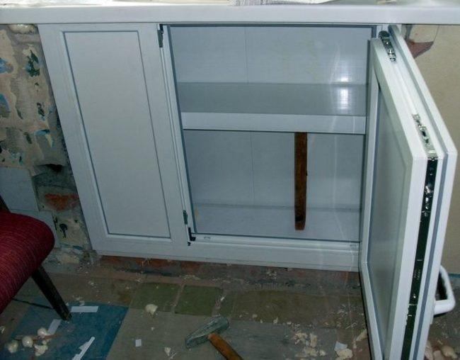 Шкаф с дверцами из ПВХ-профиля для зимнего хранения картофеля в квартире
