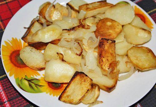 Жаренный картофель столового сорта Киви на тарелке