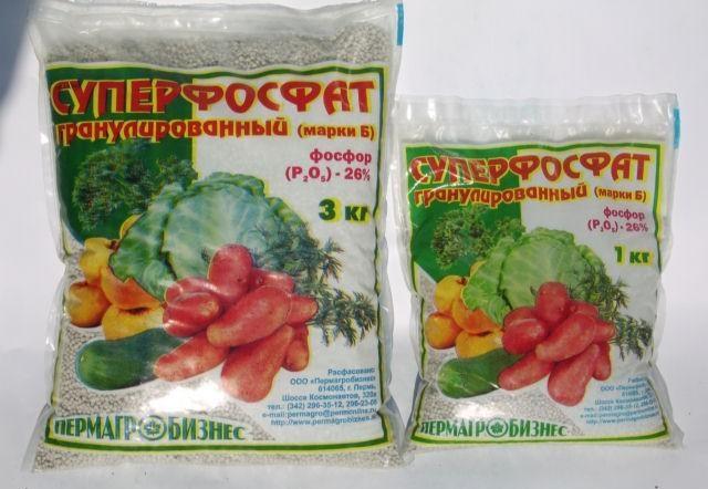 Два полиэтиленовых пакета Суперфосфата для подкормки истощенной почвы на месте произрастания картофеля