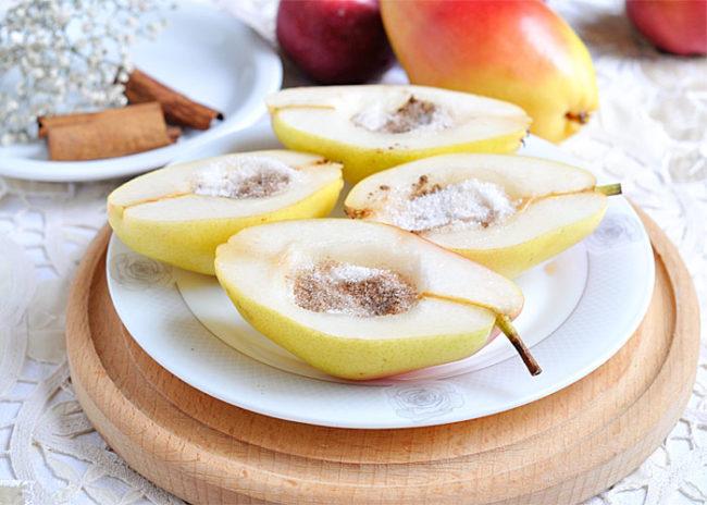 Сладкий десерт из разрезанных плодов груши на обеденном столе