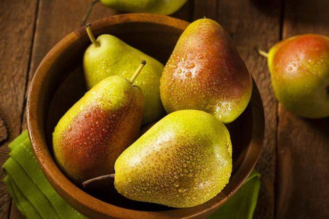 Спелые груши в фарфоровой чашке для еды в свежем виде