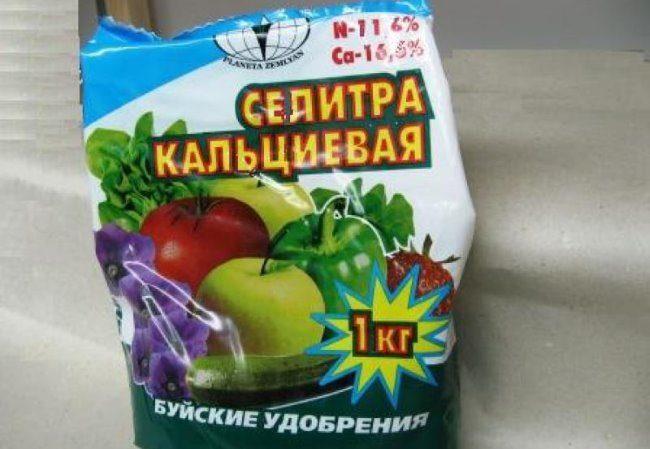 Пакет с кальциевой селитрой весом в 1 килограмм для подкормки груши