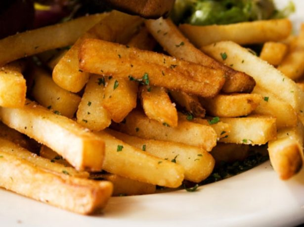 Жаренные ломтики картошки сорта Любава на тарелке