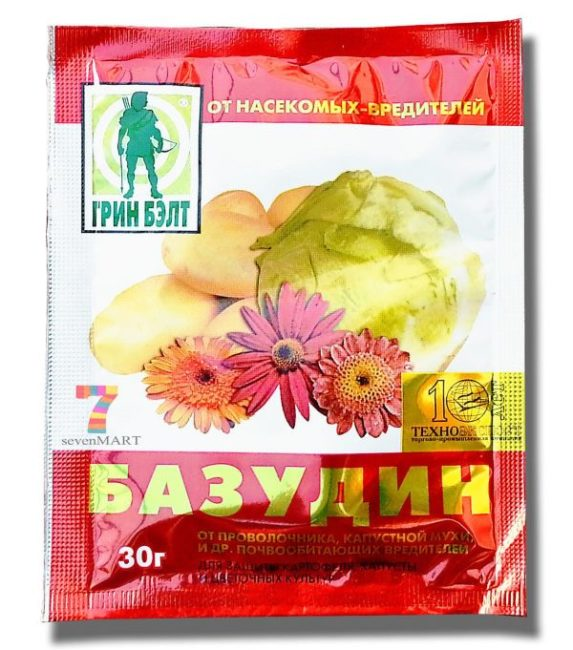 Пакет с препаратом Базудин для обработки от проволочника грунта в теплице с помидорами
