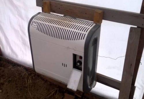 Газовый обогреватель для теплицы с помидорами