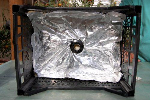 Отражатель из фольги в самодельной ловушке для белокрылки