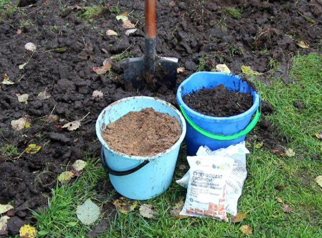 Ведра и пакеты с компонентами для подготовки питательного грунта под помидоры