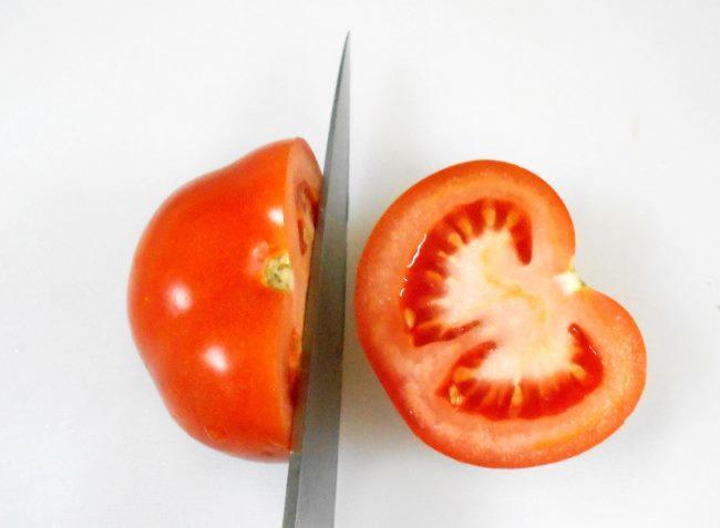 Разрезанный вкусный помидор с нежной мякотью