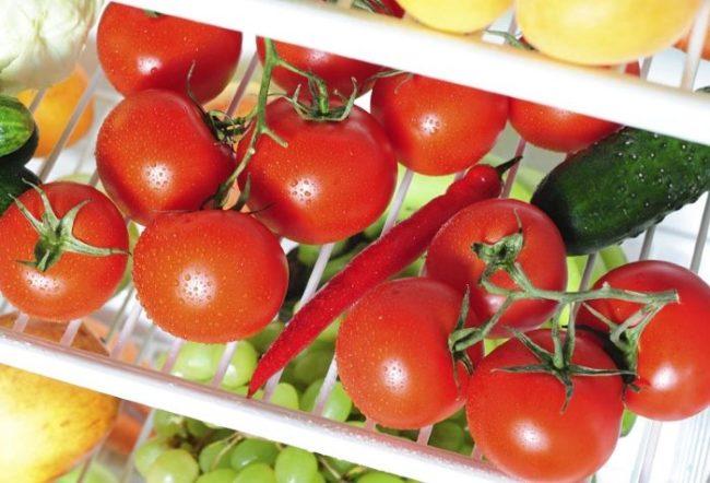 Хранение красных помидоров на полке холодильника вместе с перцем и огурцом